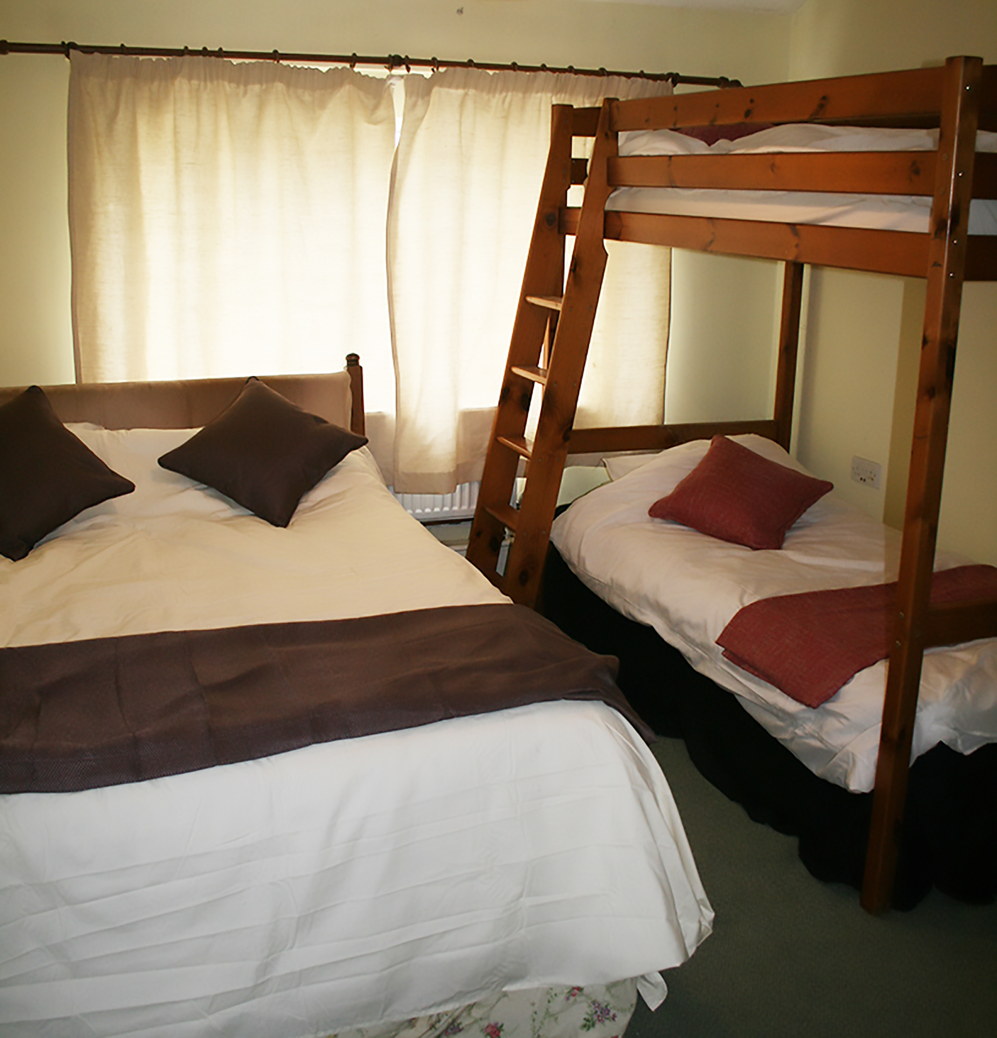 Family room, kingsize bed & bunks